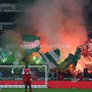 Werder Fans zuenden Bengalos und Rauchbomben nach dem Anpfiff zur zweiten Halbzeit.