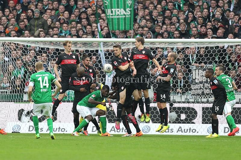 Tor zum 1:1 . Torschütze/Torschuetze Aaron Hunt (Bremen) trifft durch die Stuttgarter Mauer zum 1:1 ins Tor von Torwart Sven Ulreich (Stuttgart)