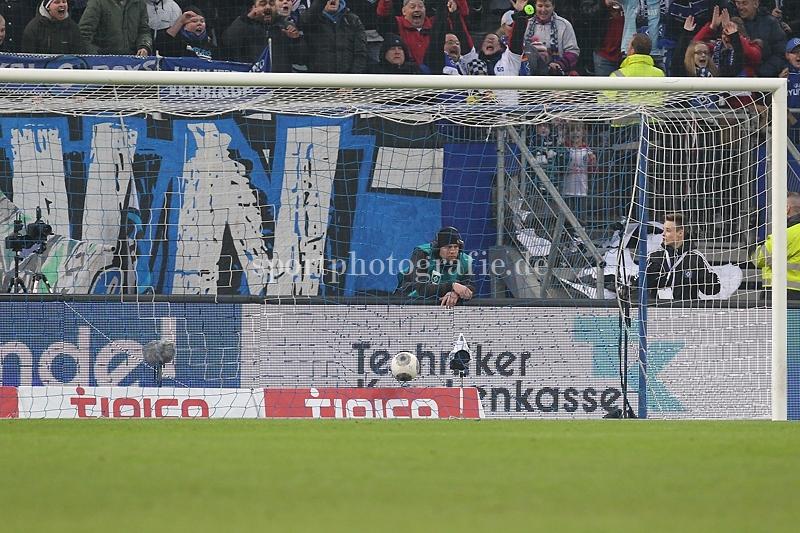Tor zum 2:0 . Torschütze/Torschuetze Pierre-Michel Lasogga (Hamburg) trifft zum 2:0 ins Tor von Torwart Roman Weidenfeller (Dortmund)
